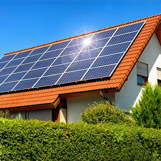haus-mit-photovoltaik-zellen-auf-dach-fruehling Photovoltaik-Anlage im Frühling